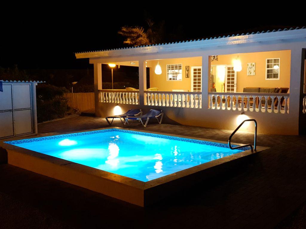 Zwembad 's avonds / Pool at night
